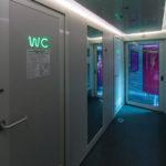 Интерьер тамбура возле туалетов в двухэтажном поезде «Смена – А. Бетанкур»