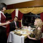 Посетители вагона-ресторана фирменного поезда «Гранд Экспресс»