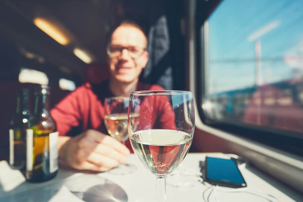 Распитие алкогольных напитков в поезде